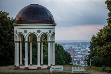 Aussichtsplattform am Nerobergtempel mit Blick über Wiesbaden und die Marktkirche