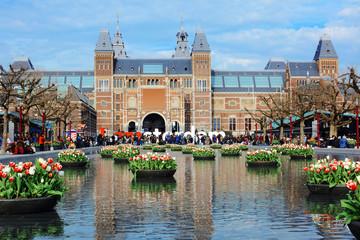 Aluminium Prints Amsterdam Rijksmuseum / Reichsmuseum in Amsterdam mit Tulpen