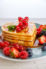 Pancakes in Herzform mit Waldbeeren und Karamel Soße