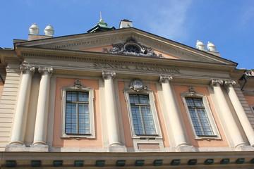 Giebel eines historischen Gebäudes in der Altstadt von Stockholm (Schweden)