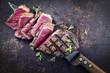 Gegrilltes Roast Beef auf altem Metalblech