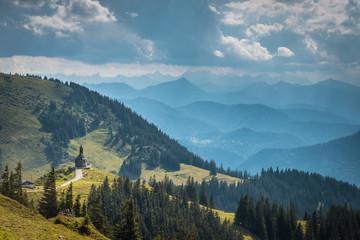 Panorma mit Kapelle auf dem Wallberg am Tegernsee, Bayern, Deutschland