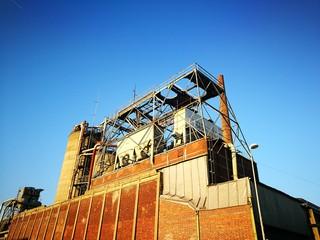 Alte Industrieruine im Licht der untergehenden Sonne am alten Hafen in Münster in Westfalen