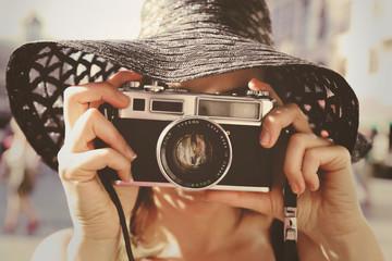 femme photographiant avec caméra super 8 vintage années 1970