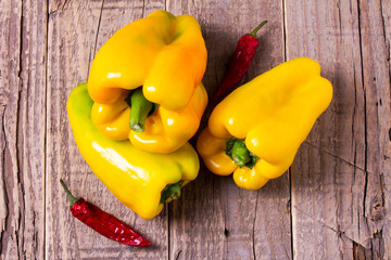 Peperoni gialli con peperoncini rossi