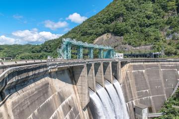 放水する大倉ダム