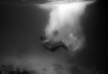 Diver plummet into black ocean with sunlight bubble,black and wh Fototapete