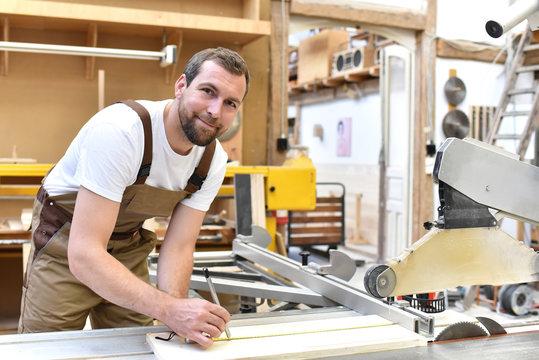 Tischler bei der Arbeit in einer Schreinerei // carpenter at work