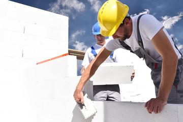 Bauarbeiter auf einer Baustelle - Maurer beim Rohbau // construction workers