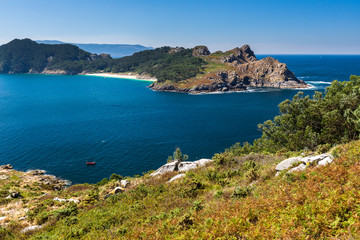 Isla del Sur vista desde la isla de Faro,islas Cíes en el parque nacional Marítimo-Terrestre de las Islas Atlánticas, Galicia (España)
