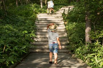 山登りをする子供
