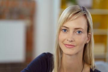 attraktive junge frau mit blauen augen und blonden haaren