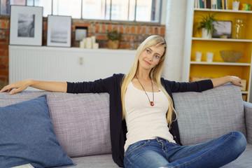 frau entspannt auf dem sofa