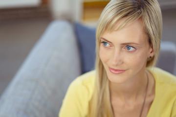 junge blonde frau zu hause auf ihrem sofa