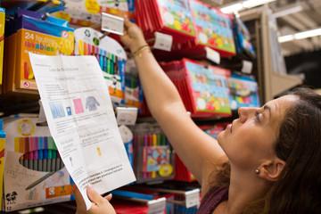 Achats rentrée scolaire - Maman achète les fournitures scolaires