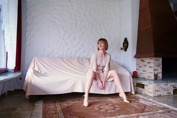 junge Frau auf dem Sofa