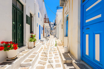 Photo sur Plexiglas Ruelle etroite Typical white Greek houses with blue doors and windows on street of beautiful Mykonos town, Cyclades islands, Greece