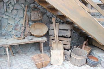 Historische Werkzeuge und Geräte in einem Haushalt