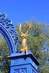 Hirsch auf dem Eingangstor zu Schloss Rosendal in Stockholm (Schweden)