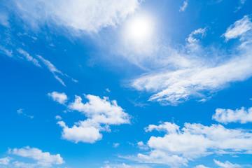 青い空と白い雲と太陽