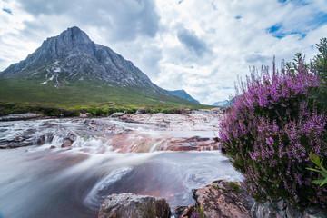 Gebirgsfluss im Glen Coe-Tal, Highlands, Schottland