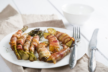 Asparagus and avocado baked with bacon