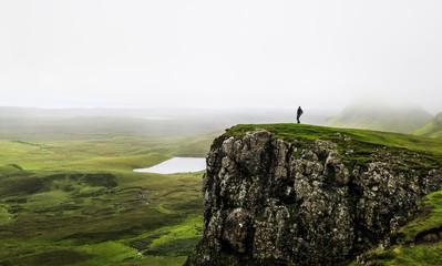 Mann im Quiraing-Gebirge, Isle of Skye, Schottland