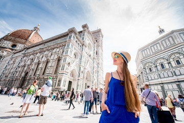 Young female traveler standing on Cathedral square in front of Santa Maria del Fiore church in Florence. Having great vacations in Italy Fototapete
