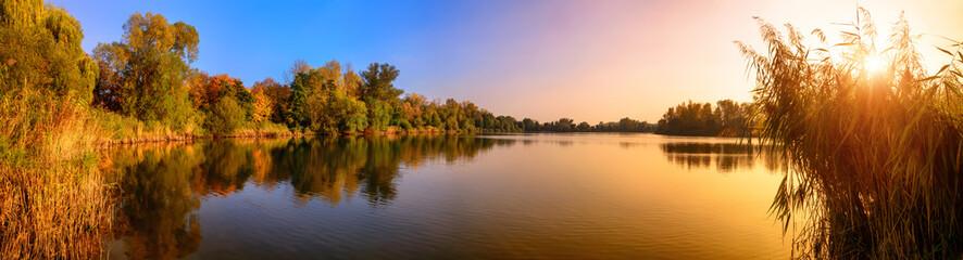 Sonnenuntergang an einem See, ein Panorama in Gold und Blau Wall mural