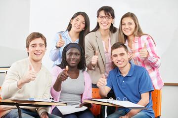 Gruppe Schüler hält die Daumen hoch