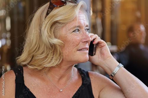 Jolie femme blonde senior t l phonant sur une terrasse en t stock photo and royalty free - Femme blonde photo ...