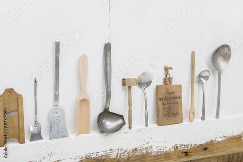 Küche Im Shabby Look altes silberbesteck auf holz hintergrund weiß im shabby chic look