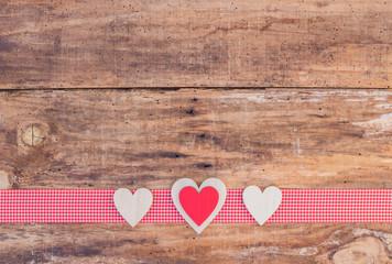 Herzlich Grußkarte Herzen auf Holz Hintergrund