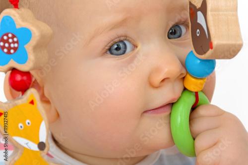 baby spielt mit holzspielzeug stockfotos und lizenzfreie bilder auf bild 119327415. Black Bedroom Furniture Sets. Home Design Ideas