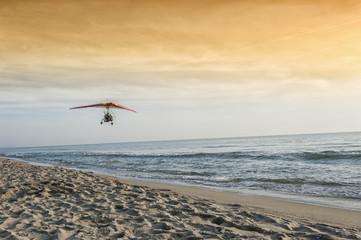 Deltaplano a motore sulla spiaggia