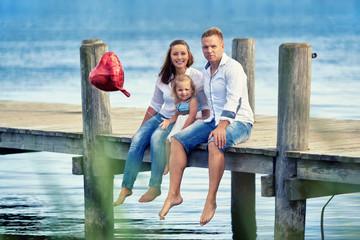 junge Familie entspannt am See