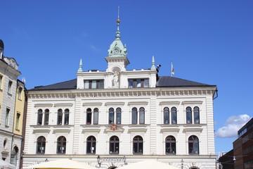 Die Fassade des Rathauses in der Altstadt von Uppsala (Schweden)