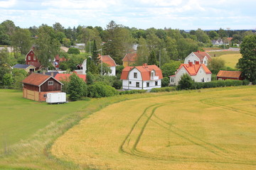 Landschaft: Dorf und Acker bei Uppsala in Schweden