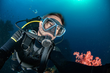 Wall Mural - Scuba diver underwater portrait in the ocean