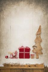 Rustikale vintage Weihnachtsdekoration mit rot weiß karierte Geschenke auf Holz Hintergrund alt.