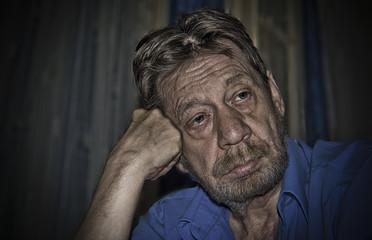 Uomo anziano pensieroso, depresso.