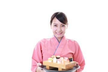寿司を運ぶウェイトレス