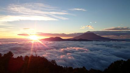 雲海に囲まれた富士山と御来光