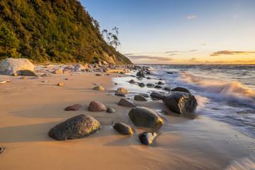 Zachód słońca nad plażą morską,klify na wyspie Wolin