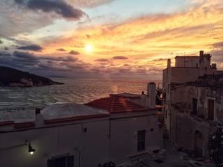 citta di Peschici al tramonto