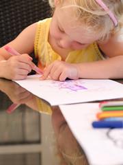 blondes kleines Mädchen beim malen