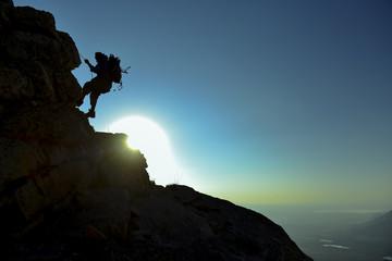 gündoğumu tırmanış yapan dağcı