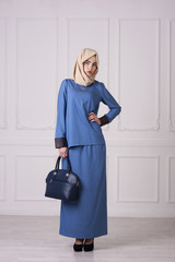 Photo Full-length of a beautiful young woman in a modern Muslim clothing