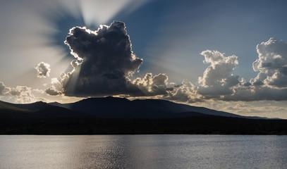 Embalse de Tabuyo del Monte, montañas del Teleno y nubes al atardecer, León.