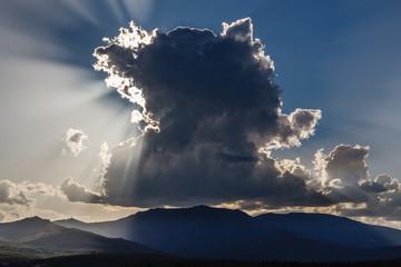 Monte Teleno y nubes al atardecer desde el Embalse de Tabuyo del Monte. León.